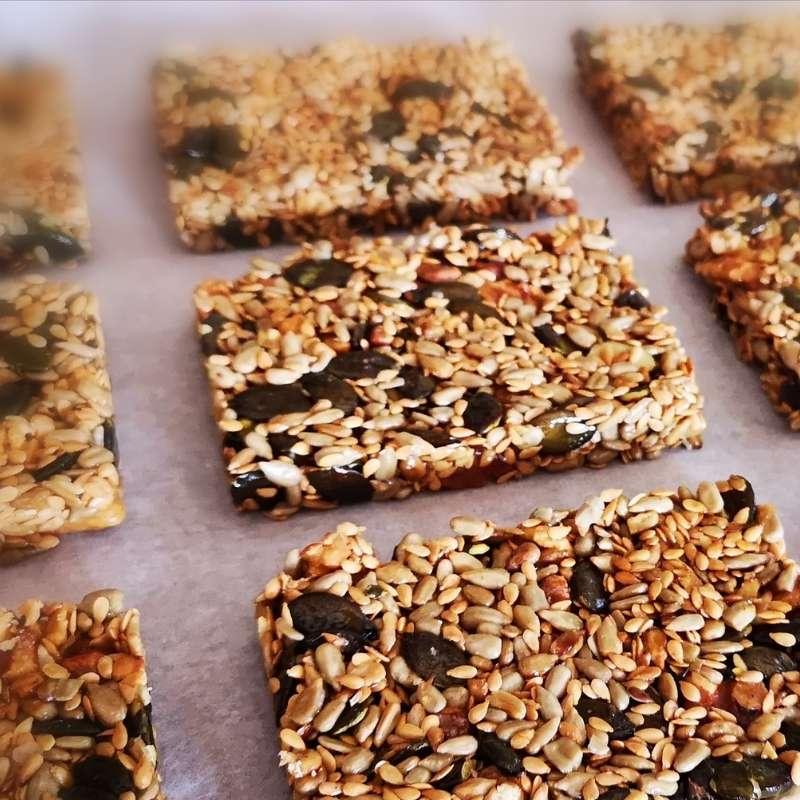 de l'or en barre, des graines et noix torréfiées au four solaire et du miel du pilat